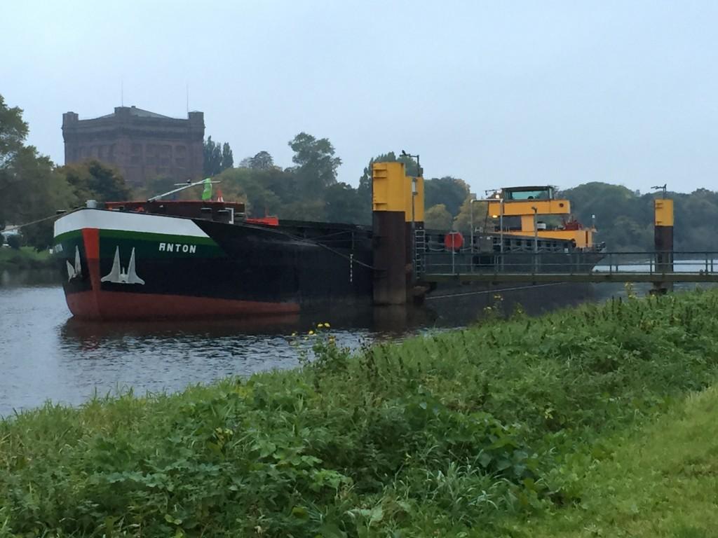 Binnenschiff Anton auf der Weser in Bremen