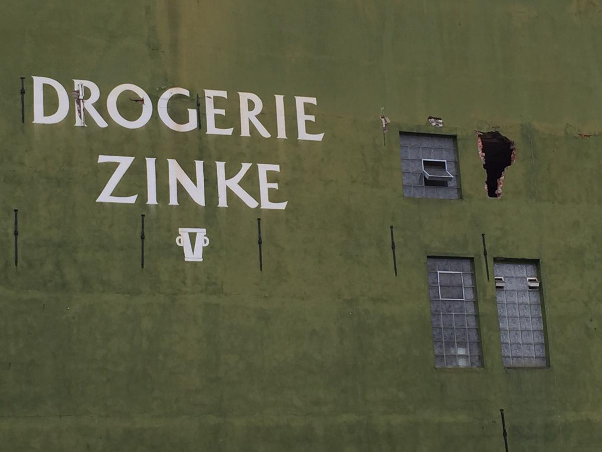 Drogerie Zinke Wand mit Loch