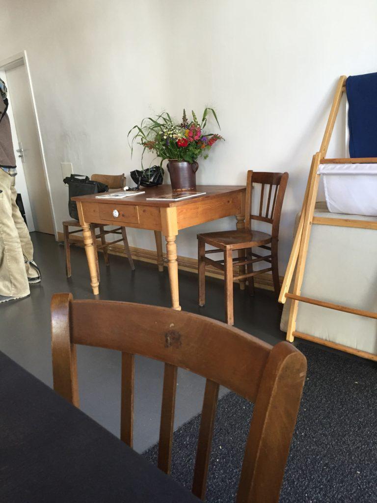 Stuhl und Tisch im Ins Blaue