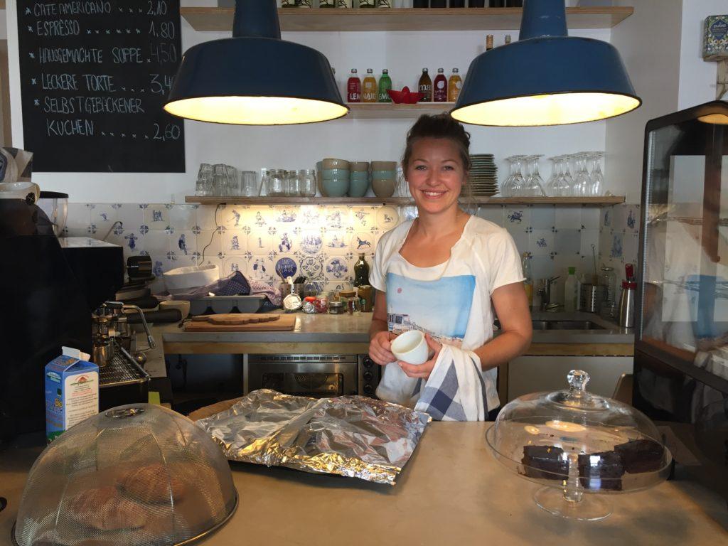 Tessa glücklich am Werk im Ins Blaue