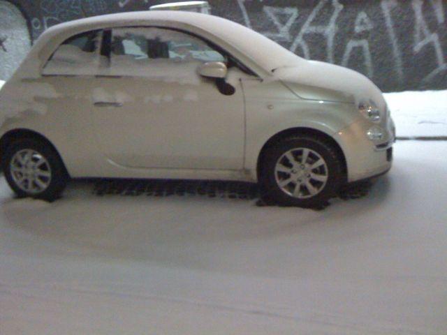 Eingeschneiter Fiat 500