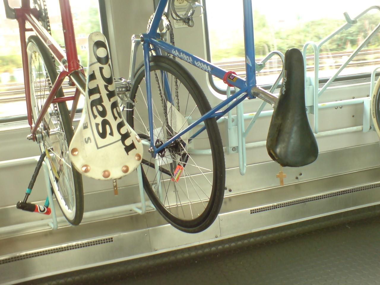 Fixies im Zug nach Amsterdam mit Rosenkranz am Sattel
